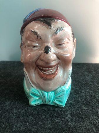 Scatola porta-tabacco in terraglia raffigurante testa di personaggio con Mosca sul naso e fetz.Inghilterra