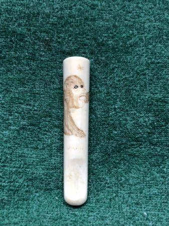 Piccolo bocchino in avorio con incisa figura di scimmia.Giappone.