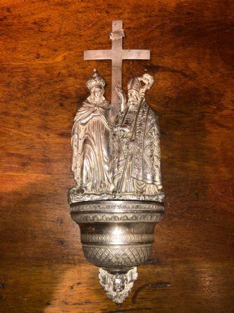 Acquasantiera in argento sbalzato raffigurante San Macario vescovo e Sant'Elena.Punzone Lombardo Veneto.