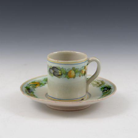 Tazza da caffè con piattino con decoro robbiano <br>Manifattura Cantagalli <br>Firenze, inizio del sec. XX
