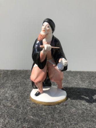 Statuina in porcellana con figura maschile con pugnale e sacchetto di denaro.Ginori