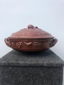 Zuppiera in ceramica ingobbiata con motivi floreali e geometrici in rilievo. Emilia Romagna.