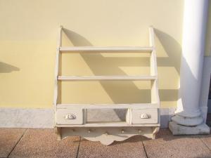 Piccola piattaia, mobiletto a scaffali a giorno laccato in stile Shabby. 77 l x 92 h x 21 p.