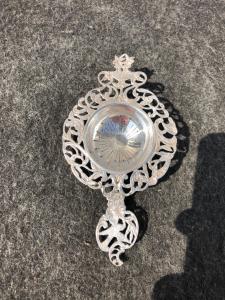 Colino in argento traforato  con decori floreali e uccellino.Francia.