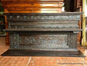 在被雕刻的栗子的古老撒丁岛架子