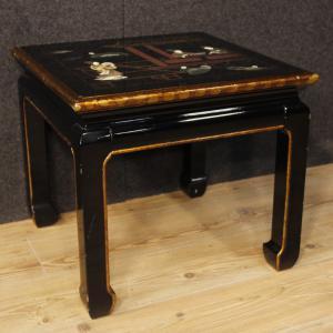 Tavolino francese in legno laccato, dipinto e dorato a cineseria