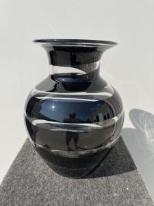 Florero pesado de vidrio transparente con banda en espiral negra.Murano