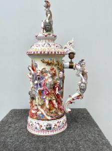 Taza - jarra de porcelana con decoración en bajorrelieve historiado con personajes.