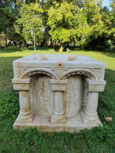 Magistrale pozzo in marmo con colonne e decorazioni - 124 x 124 cm