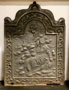 p155 чугунная плита конца 800, с фигурами дельфинов, см43 x 59 h