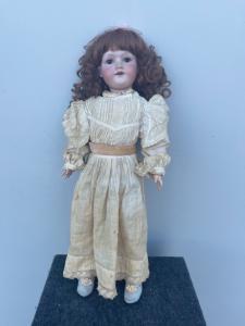 Кукла с бисквитной головой и телом из папье-маше. Оригинальное платье. Марсельские инициалы, буквы и числовые элементы Armand. Германия.
