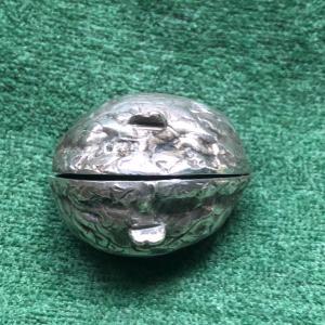 Scatolina porta-pillole in argento a forma di noce.Londra 1901.