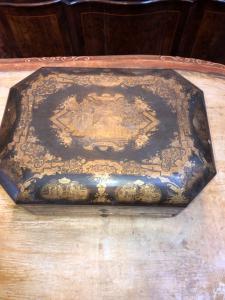 Scatola in legno laccato e dipinta in oro