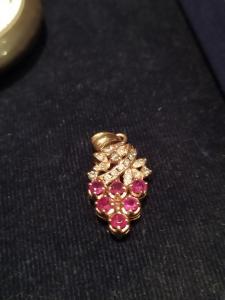 Ciondolo in oro giallo 18 k raffigurante grappolo d'uva, con brillati e rubini