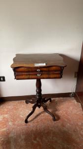 Прямоугольный стол из красного дерева с центральной ножкой