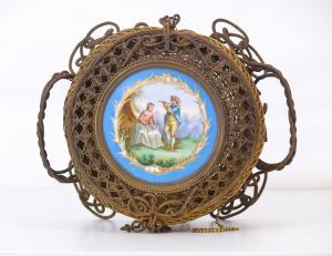 带有Sevres牌匾的金色金属篮子-CA / 1129