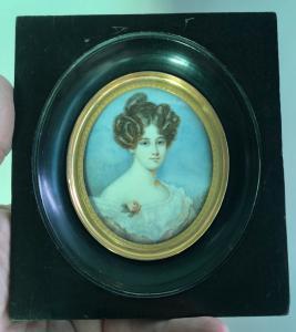 Miniatura de marfil que representa una figura femenina Firma: A.Carp.