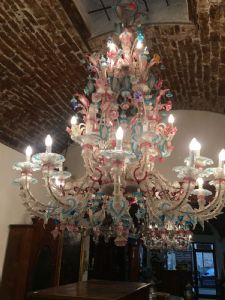 Espléndida lámpara de araña de Murano con 28 luces en vidrio coloreado