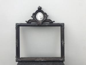 Cornice a doppia faccia in legno intagliato con dettagli in argento e cimasa con stampa e dipinto su vetro raffigurante San Luigi Gonzaga.