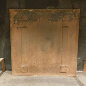 p16 - piastra grande in ghisa con colonne, misura cm l 67 x h 67