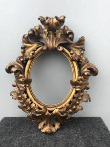 Marco de madera tallada y dorada en lámina.