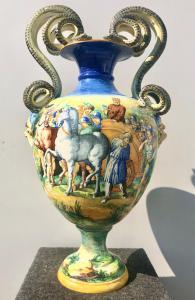 Gran jarrón de mayólica con decoración historiada. Firmado por SCAPesaro. Fabricación Molaroni.