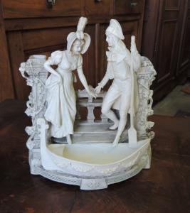 scena galante in porcellana Bisquit, mis. cm 24 x 12 h 26 cm