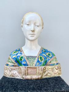 Grande busto in maiolica raffigurante la regina d'Aragona,manifattura di Angelo Minghetti.Bologna.