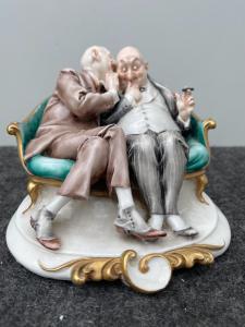 Scultura in porcellana caricaturale raffigurante coppia di amici che si parlano nell'orecchio.Giuseppe Cappe'.