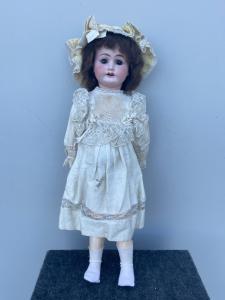 Кукла с бисквитной головой и телом из папье-маше. Оригинальная одежда. Подпись 1902 г. и буква I.
