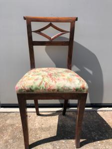 与菱形主题的核桃椅子目录期间。