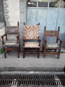 三把1600年代的修道院扶手椅,其中一件带有托斯卡纳徽章,保修条款