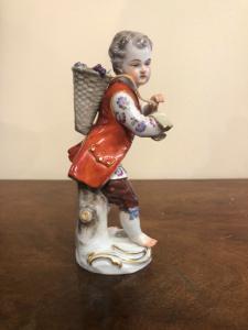男性形象瓷小雕象与篮子的。Meissen。