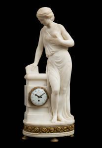 Antigo relógio francês Napoleão III em mármore branco estatuário. Período do século XIX.