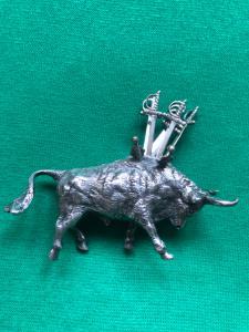 Apanhador de azeitonas em forma de touro em prata maciça com seis espadas Itália.