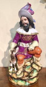 Veilleuse tisaniera in porcellana raffigurante figura maschile in costume con cane.Modello Jacop Petit,Francia.