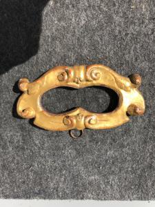 Cornicina doppia in legno intagliato e dorato con motivi rocaille.
