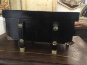 Caja lacada en negro con elementos dorados.