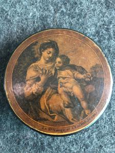 Papier-mache snuffbox with representation: Madonna with Jesus baby. France