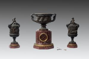 Triptych of Napoleon III French clock in red marble caves and burnished bronze. Period 19th century.