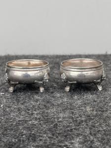 对的三足银盐地窖与竖琴的形象。