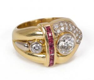 Anillo en oro de 18 k con diamantes centrales (1ct) y laterales (0.15ct) y pavé de diamantes y rubíes, años 70