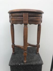 Sgabello in legno di rovere con doppia alzata.