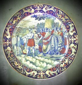 Prato de faiança de grande brilho com cena historiada. Fabricação de Santarelli. Gualdo Tadino.