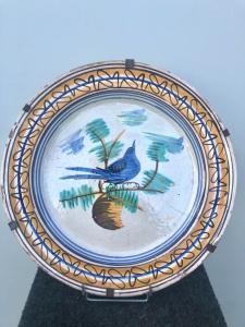 Majolika Platte mit einem Vogel im Kabel und geometrischen Motiven am Rand verziert. Vietri Herstellung