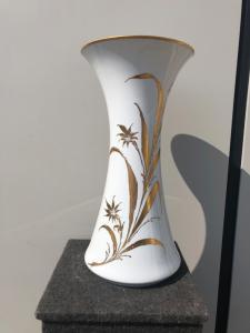 Grande vaso a tromba in porcellana tedesca dipinto a mano in Italia con decoro floreale in oro.Firmato.