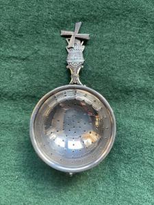 Colìno da the in argento con vaschetta decorato con motivi vegetali stilizzati e mulino.Olanda.