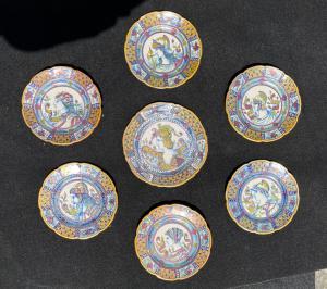 Siete platos de mayólica decorados en tercer brillo de fuego con perfiles de guerreros y motivos vegetales estilizados Gualdo Tadino.