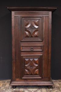Armadio in legno lavorato del Seicento