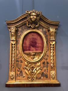 Pannello ligneo con mensolina porta oggetti centrale e parte laterale dipinta a motivi floreali.Italia.